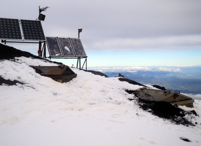 Messstation Etna Vulkan 2897 Meter Schnee November