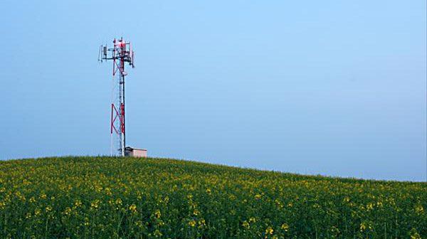 Telekommunikation Blauer Himmel Wiese Mast